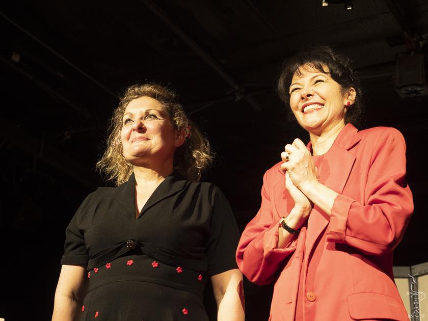 Evelyne et Angélique saluent sur scène